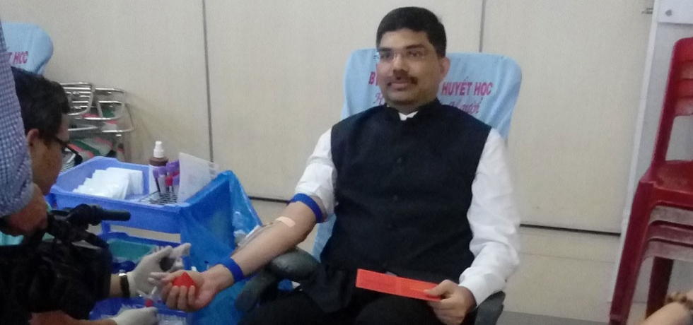 Consul General Dr. K. Srikar Reddy donated blood during the Blood Donation Drive 2018 organised by the Indian Business Chamber in Vietnam (INCHAM) on 12 August 2018 in Ho Chi Minh City
