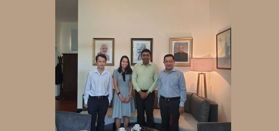 A delegation from the Center for Theoretical and Applied Culturology - HCMC University of Social Sciences and Humanities, led by Dr. Phan Anh Tu - Director, met with Consul General Dr. Madan Mohan Sethi on 08 September 2020. Both sides discussed future cooperation in training and joint seminars.